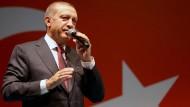 Erdogan spricht am Dienstagmorgen vor seiner Residenz zu Unterstützern.