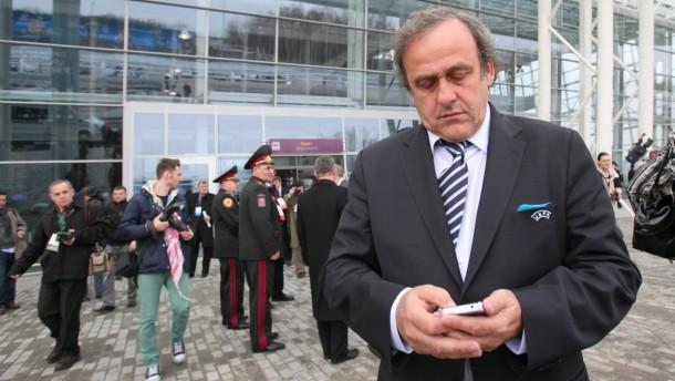 Genervt von der ukrainischen Abzocke: Michel Platini am neuen Flughafen von Lemberg