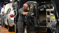 Am laufenden Band: Opel-Mitarbeiter montieren die Innenverkleidung in Astra- und Insignia-Modellen.