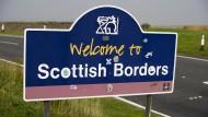 Eine neue EU-Außengrenze? Das Plakat unweit der Stadt Selkirk zeigt dem Autofahrer, dass er England verlässt.