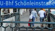 Passanten verlassen die U-Bahnstation Schönleinstraße (Archivbild). Hier wäre an Weihnachten beinahe ein Obdachloser verbrannt.