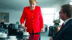 Warum Angela Merkel immer Kaffee ausschenkt