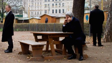 Für einen telefonischen Meinungsaustausch mit seinem kanadischen Amtskollegen John Baird suchte sich der amerikanischte Außenminister John Kerry (sitzend) eine Parkbank mitten in Wien aus - umringt von seinen Bodyguards.