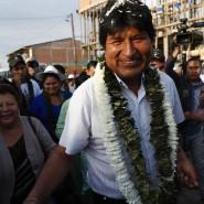 Evo Morales wird vor seiner Stimmabgabe am Sonntag von Anhängern umringt.