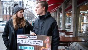 Klimaaktivisten bezichtigen Siemens-Chef Kaeser der Lüge