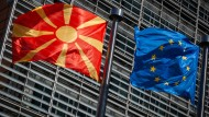 Brüssel: Eine Flagge von Nordmazedonien neben einer EU-Flagge vor dem Berlaymont-Gebäude der EU-Kommission