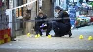 Polizisten am Tatort in Malmö, an dem zwei Jugendliche vor einer Pizzeria niedergeschossen wurden.