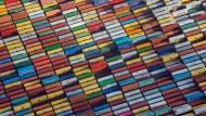 Container stehen auf einem Terminal im Hafen Hamburg.