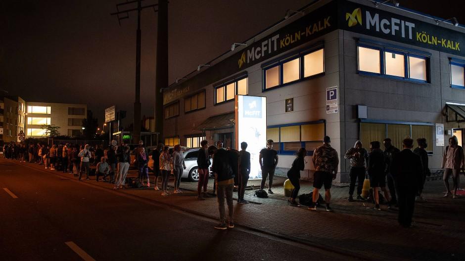 Im Kölner Stadtteil Kalk konnten es viele Fitness-Liebhaber nicht bis zum Morgen aushalten und standen bereits in der Nacht Schlange, um Einlass zu erhalten.