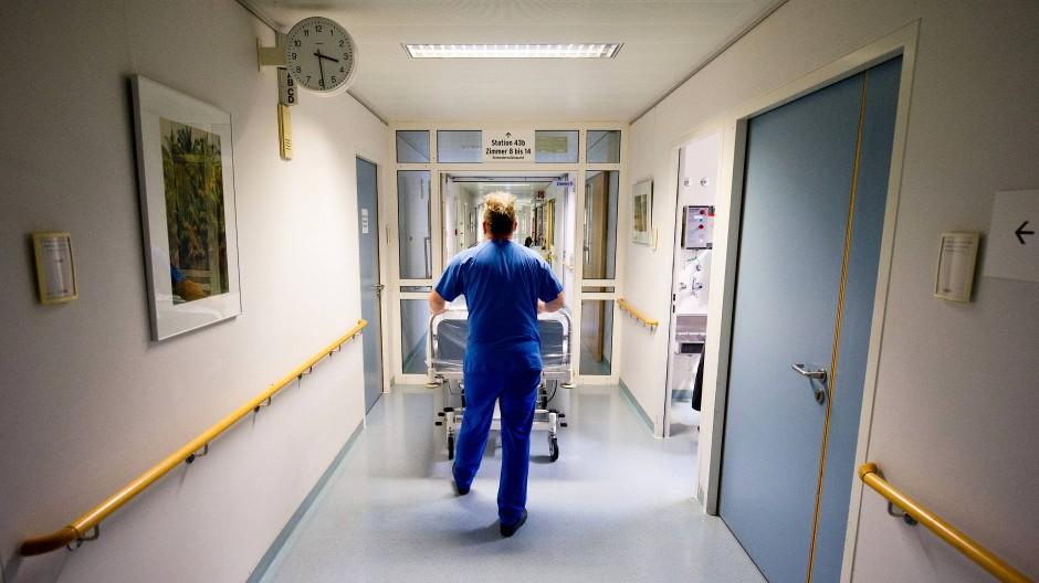 Die Uhr tickt: Der Personalmangel in Pflegeberufen führt dazu, dass viele Kranke nicht ausreichend umsorgt werden.