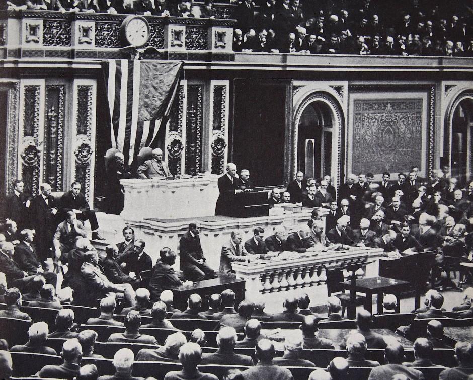 Präsident Wilson empfiehlt dem Kongress, dass die Vereinigten Staaten in den Krieg gegen Deutschland eintreten.