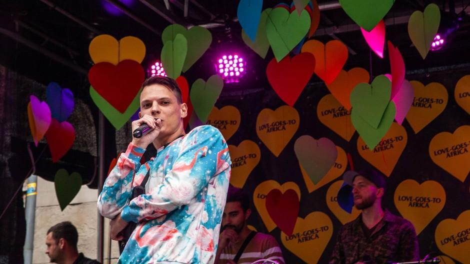 Auf der Bühne sorgen Künstler aus der Region für die musikalische Unterhaltung.