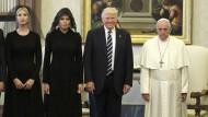 Ein Bild ging um die Welt: Trump grinst, Papst Franziskus eher nicht.