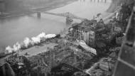 Neuanfang: Vor den Trümmern der Altstadt fährt an einem der ersten Tage des Jahres 1946  eine Bahn am Mainufer Richtung Eiserner Steg.