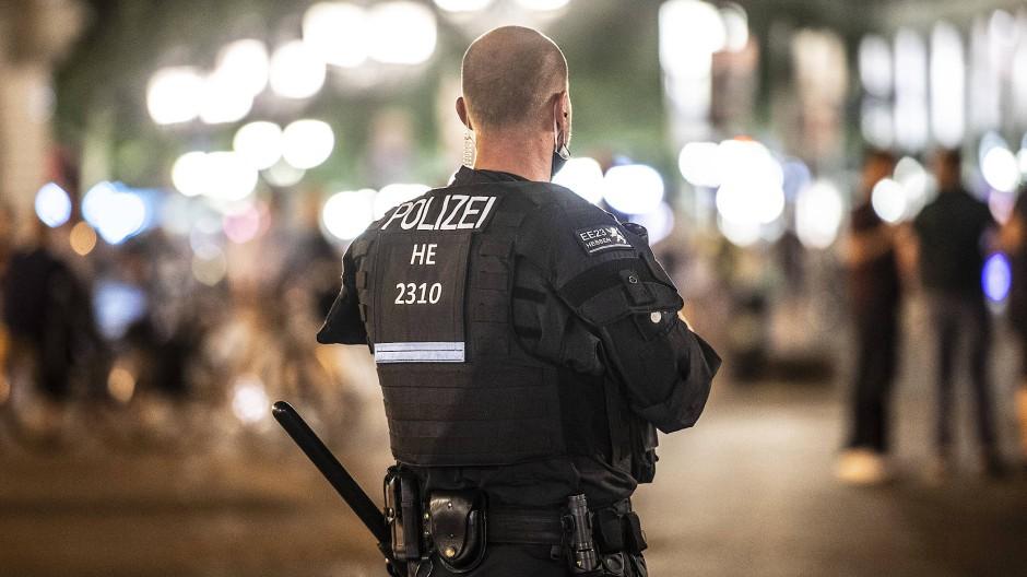 Nachts auf dem Opernplatz: Außer Rechtsextremismus wird der Polizei von einzelnen Gruppen der Gesellschaft zunehmend auch Racial Profiling vorgeworfen.