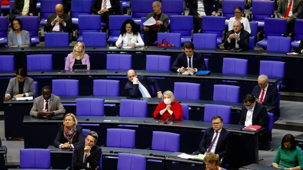 Bundestag beschließt Unterstützung für Elterngeldbezieher und Wissenschaftler