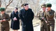 Kim Jong-un und seine Schwester Yo-jong im Mai 2015 auf dem Weg zu einer Zeremonie in Nordkoreas Hauptstadt Pjöngjang.