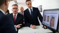 Der ehemalige Bundesminister des Inneren, Thomas de Maizière, lässt sich im Dezember 2017 von Mitarbeitern des Bamf die neue Software zeigen.