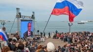 """Während seiner Fernseh-Fragestunde """"Direkter Draht"""" ließ sich der russische Präsident an diesem Donnerstag auch live nach Sewastopol schalten. Doch Wladimir Putin hat mit der Okkupation der Schwarzmeer-Halbinsel das Völkerrecht gebrochen ...."""