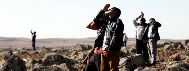 Auf türkischem Territorium beobachten Kurden Luftangriffe auf IS-Stellungen nahe Kobane