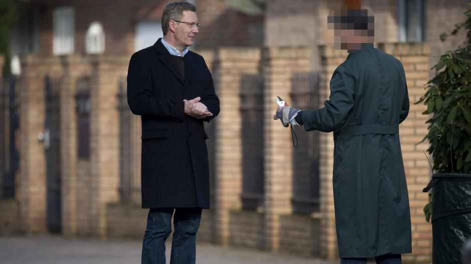 Der ehemalige Bundespräsident Christian Wulff in Großburgwedel im Gespräch mit einem Nachbarn (März 2012)