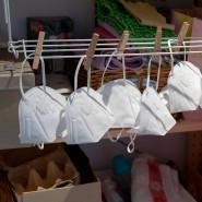 FFP2-Masken hängen an einer Wäschespinne.