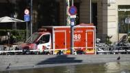 Ein Krankenwagen fährt in Barcelona auf den bei Touristen beliebten Boulevard Las Ramblas, wo am Donnerstagnachmittag ein Lieferwagen in eine Menschenmenge fuhr.
