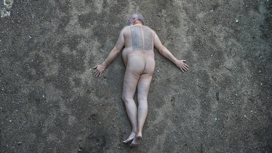 """Auf seinen Rücken ließ er den Anfang von Adornos """"Minima Moralia"""" tätowieren: Der Schriftsteller Carey Harrison, fotografiert von Frédéric Brenner"""