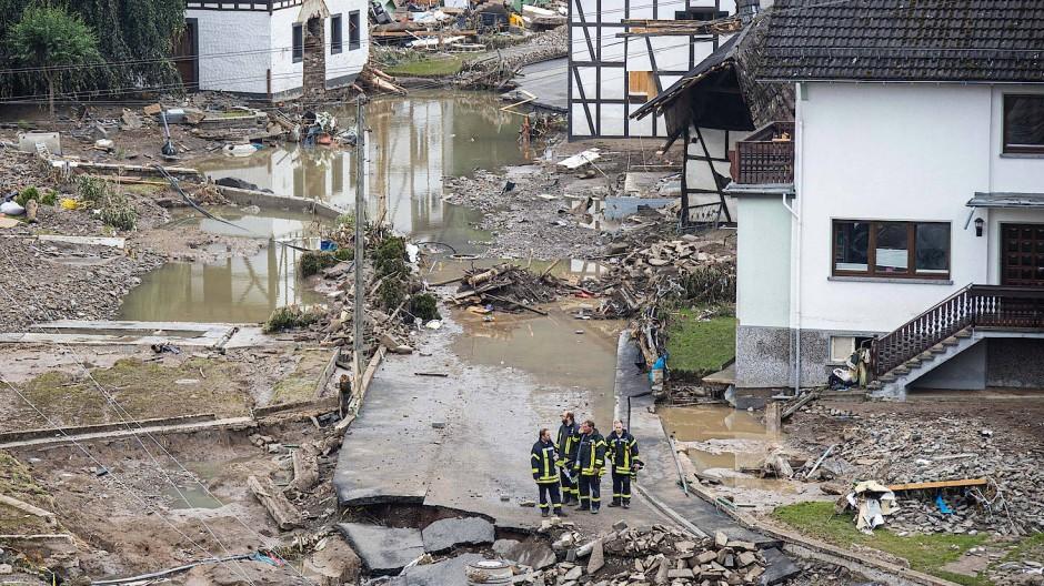 Danach: Feuerwehrleute nach der Flut in Ahrweiler