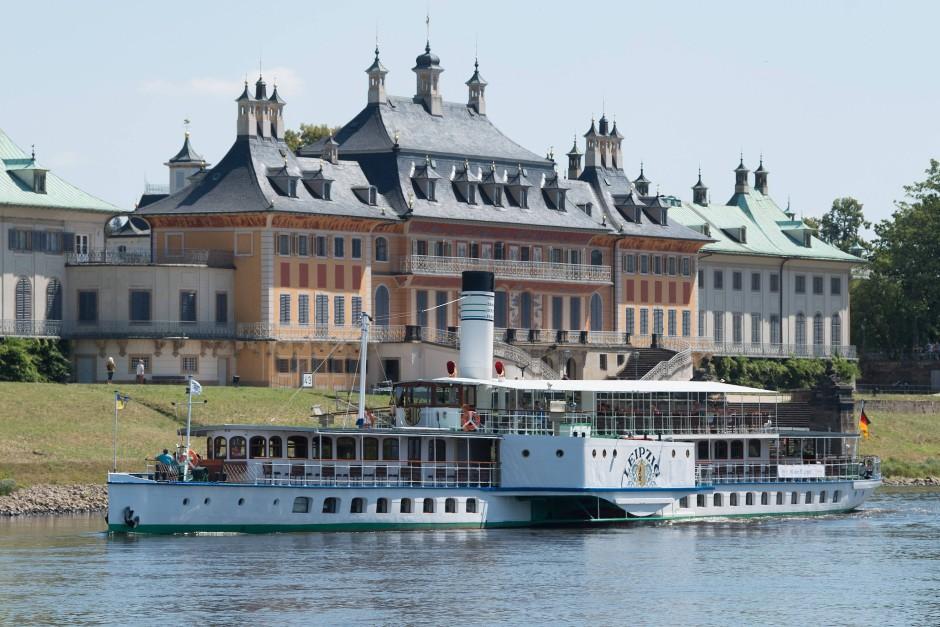 """Die """"Leipzig"""" fährt vor dem Wasserpalais des Schloss und Park Pillnitz auf der Elbe entlang."""