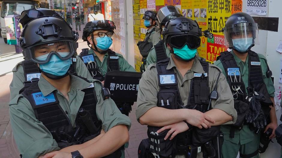 Polizisten stehen am Rande einer Pro-Demokratie-Demonstration in Hongkong vergangenen Sonntag.