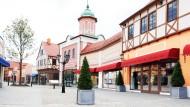 Nicht ohne Turm: Weil die Kirche ins Dorf gehört, gibt es auch im Outlet Center ein erhabenes Gebäude