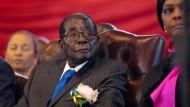 Robert Mugabe, der damalige Präsident Zimbabwes, verfolgt im Juni die Feierlichkeiten zum Tag des afrikanischen Kindes in Harare.