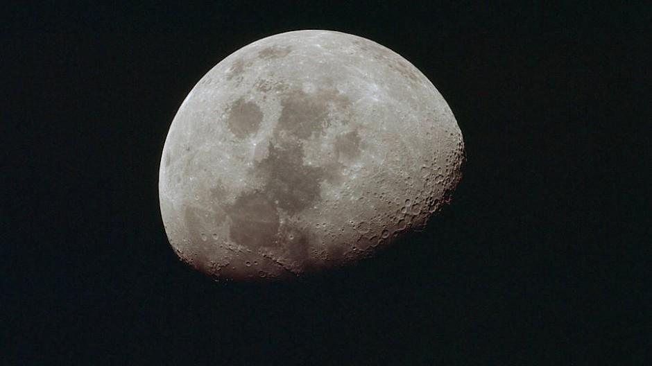 Der Mond wird kleiner – zumindest ein bisschen.