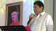 Duterte gibt sich handzahm als Karaokesänger