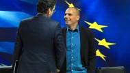 Im Reinen mit sich selbst:Griechenlands Finanzminister Varoufakis (r.). Hier bei seiner Pressekonferenz mit Eurogruppenchef Dijsselbloem.