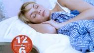 Der Wecker klingelt früh genug – Tipps, wie Sie bis dahin erholsam schlafen, gibt es im Podcast.