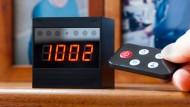 Nur auf den ersten Blick ein Wecker: Im Zweitjob ist der Apparat auf dem Nachttisch eine Videokamera, die Fernbedienung steuert das Gerät.