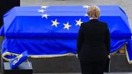 Bundeskanzlerin Angela Merkel nimmt Abschied von Helmut Kohl.
