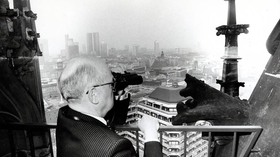 Mit Überblick: Als Kämmerer schaut Ernst Gerhardt Mitte der achtziger Jahre vom Domturm aus über Frankfurt.