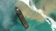 Ein Satellitenbild zeigt das auf Grund gelaufene Schiff vor Mauritius.