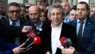 Die Staatsanwaltschaft wirft Erdem Gül (2.v.l.) und Can Dündar (2.v.r.) Spionage und Unterstützung einer terroristischen Organisation vor.