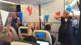 """Stewardessen stimmen Fans der """"Three Lions"""" ein"""