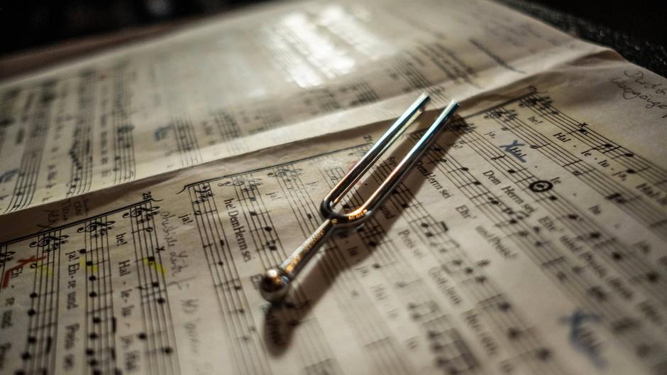 Notenblatt und Stimmgabel: das Handwerkszeug des Dirigenten. Um als Chorleiter zu reüssieren, bedarf es jedoch viel mehr, zum Beispiel Talent, Ausdauer und Hingabe.