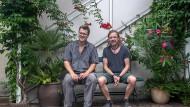 Zwei von vier Verlegern: Florian Koch (links) und Michael Knäbe im Hof des Verlags in Frankfurt-Oberrad