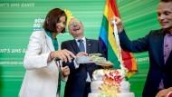 Endlich am Ziel, große Freude bei den Grünen: Katrin Göring-Eckardt, Fraktionsvorsitzende der Grünen, schneidet neben Parteikollegen Volker Beck im Bundestag eine Torte in Regenbogenfarben an.