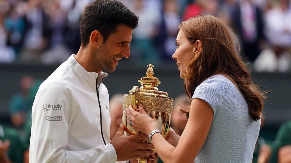 Aus den Händen von Prinzessin Kate nimmt Novak Djokovic den Pokal für seinen Wimbledon-Triumph in Empfang.