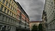 Dunkle Wolken ziehen über ein Mehrfamilienhäusern aus der Gründerzeit im Berliner Stadtteil Prenzlauer Berg. Die Mieten dort sollen für fünf Jahre eingefroren werden.