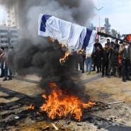 Nach der Tötung des iranischen Generals Qassem Soleimani verbrennen Demonstranten im syrischen Aleppo am 7. Januar 2020 eine israelische Fahne.