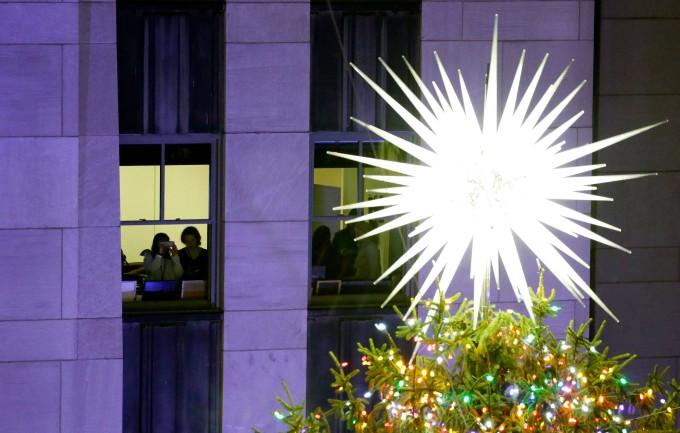 Wo Steht In New York Der Weihnachtsbaum.Lichter Am Weihnachtsbaum Vor Dem Rockefeller Center Angezündet